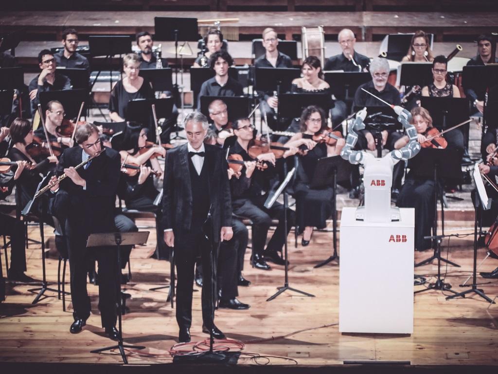 Roboter YuMi dirigiert Konzert im Teatro Verdi in Pisa