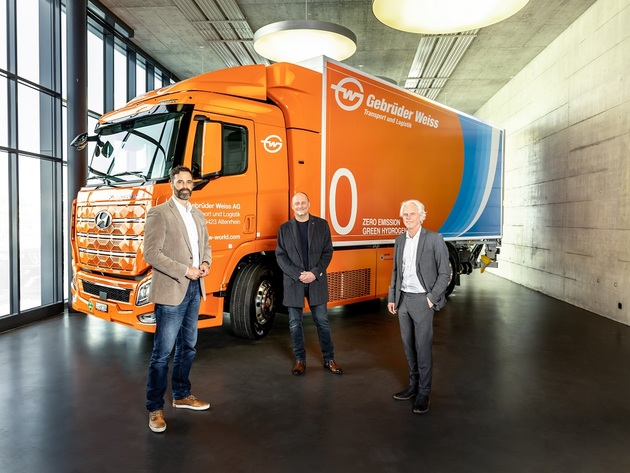 Marc Freymüller, CEO Hyundai Hydrogen Mobility AG, Peter Waldenberger, Head of Corporate Administrative Support, and Oskar Kramer, Country Manager Switzerland, at the handover of the hydrogen truck in Rothenburg, Switzerland