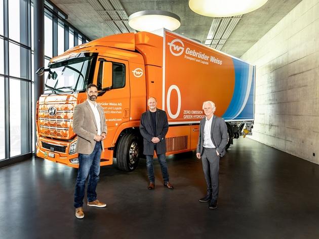 Marc Freymüller, izvršni direktor Hyundai Hydrogen Mobility AG, Peter Waldenberger, rukovodilac sektora korporativne administracije i Oskar Kramer, direktor filijale Švajcarske na primopredaji kamiona sa pogonskim gorivom na vodonik u Rotenburgu, Švajcarska