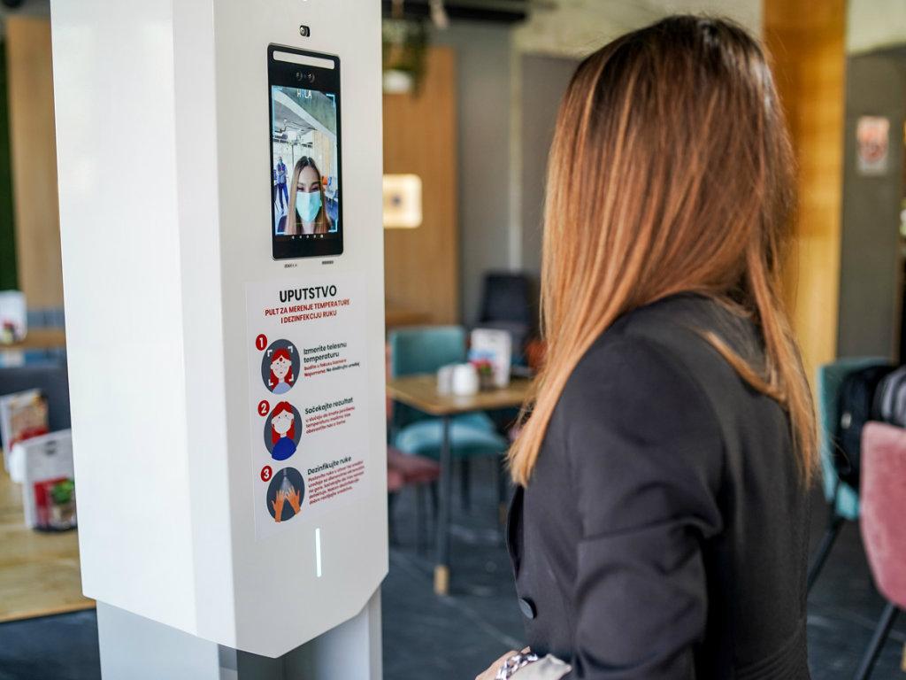 Digitalni pult za beskontaktno mjerenje temperature i dezinfekciju ruku - Proizvod iz Niša jedinstven u svijetu (FOTO)