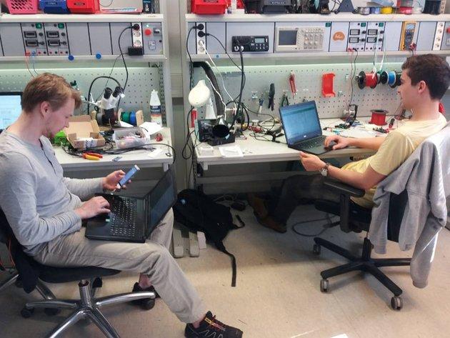 Junge Unternehmer im Rahmen von Design Factory an der AAlto-Universität suchen nach konkreten Lösungen für Unternehmen