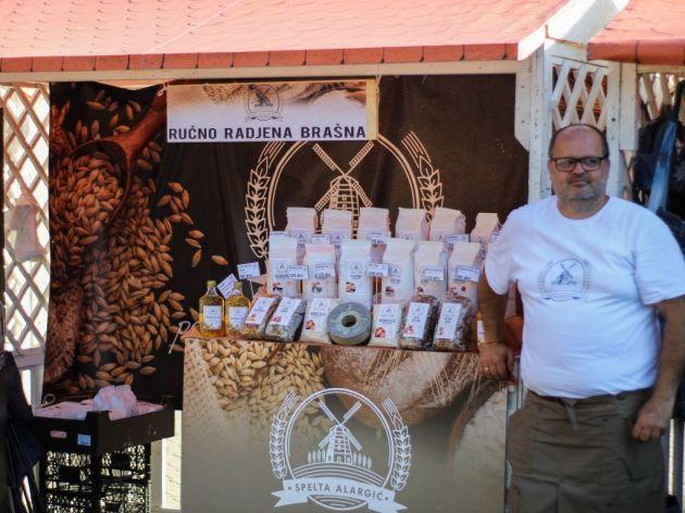 Porodica Alargić u Vrbasu neguje tradiciju uzgoja spelte i raži i pravi proizvode od celog zrna - Proizvodnja brašna na kamenom mlinu (FOTO)