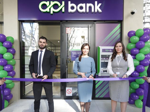 Velibor Savić, direktor sektora poslovanja sa stanovništvom, Marija Stepina, predsednica Izvršnog odbora API Banke, Tatjana Grujičić, direktorka filijale API Banke