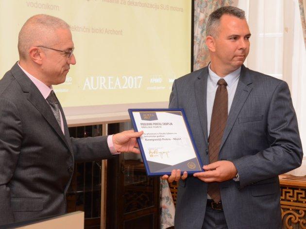 Lazar Jošanov prima plaketu za učešće u finalu nagrade Aurea 2017, od direktora eKapije Zdravka Lončara