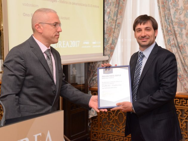 eKapija Executive Director Zdravko Loncar awarding Jovan Paunovic, founder of VisMedic with the plaque
