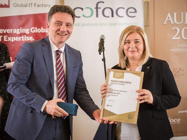 Snezana Petrovic bei der Preisverleihung Aurea 2018. Der Sonderpreis für den gesellschaftlichen Nutzen wurde ihr von Mihailo Jovanovic, Direktor des Bürs für IT und elektronische Verwaltung übergeben.