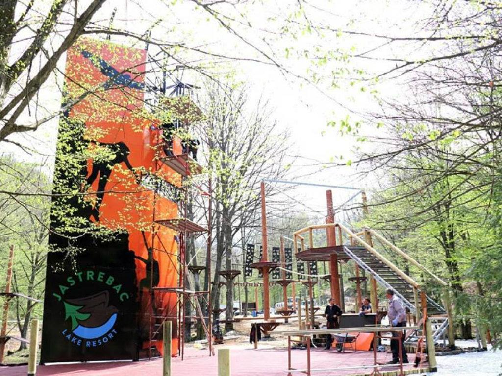 Jedinstveni Avantura park u Srbiji otvoren na Jastrepcu - Zip lajnom s jedne na drugu obalu jezera (FOTO)