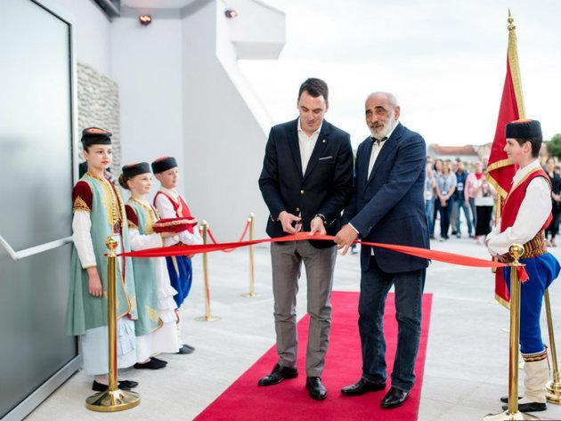 Die Arena wurde vom Bürgermeister von Podgorica Ivan Vukovic und dem Präsidenten des Montenegrinischen Basketballverbandes KCCG Veselin Barovic eröffnet