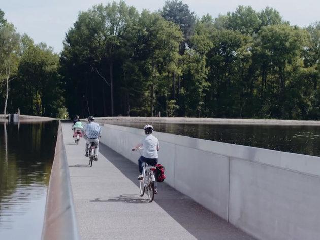 Atrakcija za turiste u Belgiji - Biciklistička staza kroz sredinu ribnjaka (VIDEO)