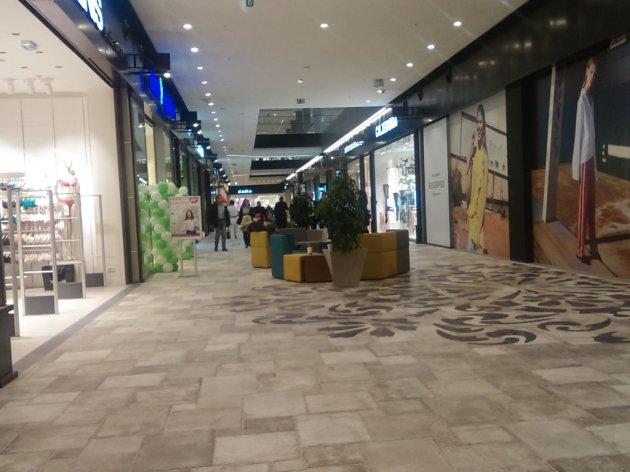 Deo unutrašnjosti tržnog centra na Karaburmi