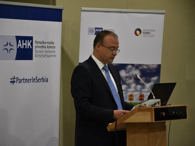 """Bojan Predojevic bei der Eröffnung der Konferenz """"Energieeffizienz in Gebäuden"""""""