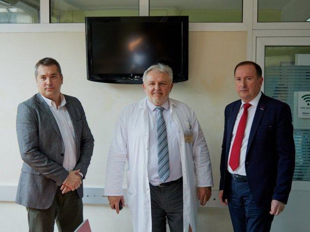 Borjan Popović, Radoje Simić i Meho Mahmutović na uručenju donacije Institutu za majku i dete