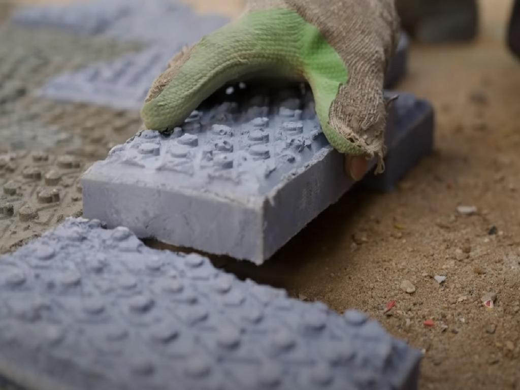 Kompanija Gjenge Makers iz Kenije pravi cigle od plastičnog otpada (VIDEO)