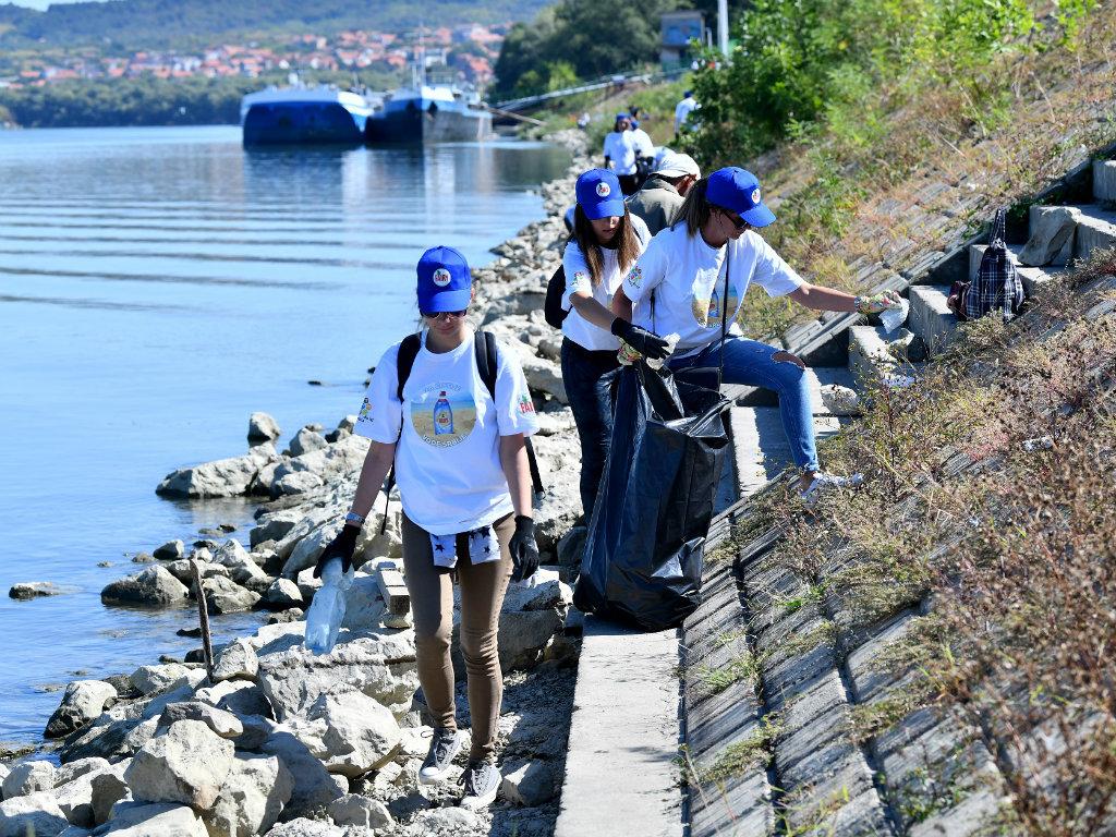 Svetski dan čišćenja obeležen na Adi Huji - Predstavljena i nova Fairy boca od reciklirane plastike iz okeana