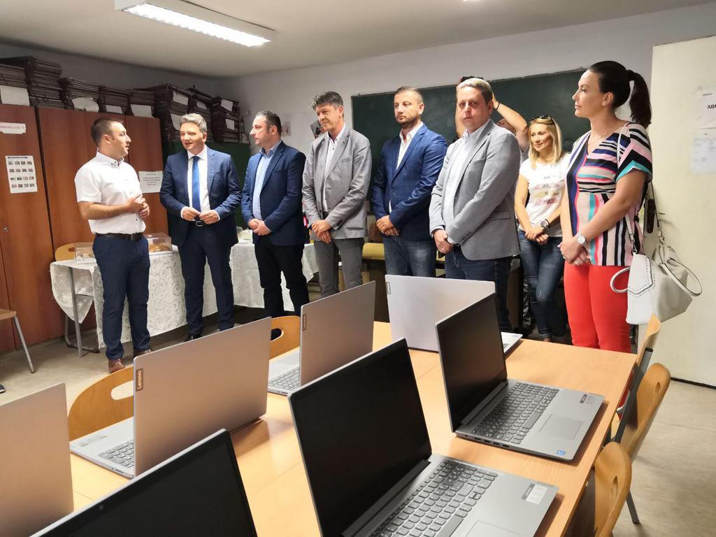 Comtrade donirao 16 notebook računara Srednjoj medicinskoj školi u Gračanici
