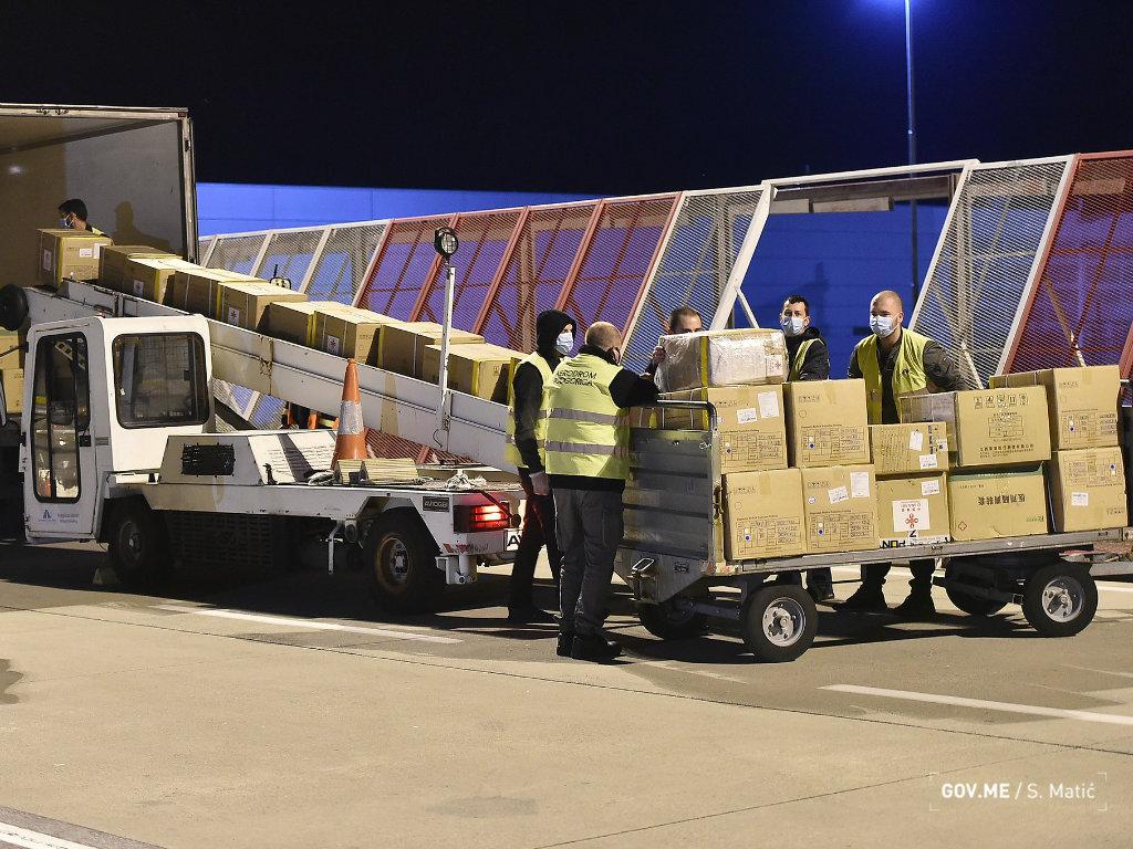 U Crnu Goru stigla nova donacija iz Kine - Zaštitne maske, rukavice i dva respiratora za bolnicu u Risnu