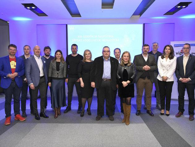 Dragoljub Damljanovic mit Vorstandsmitgliedern