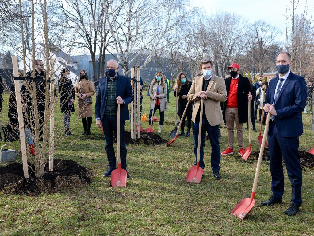 Gradonačelnik Beograda i članovi Nemačko-srpske privredne komore posadili 329 stabala kod Beogradskog sajma
