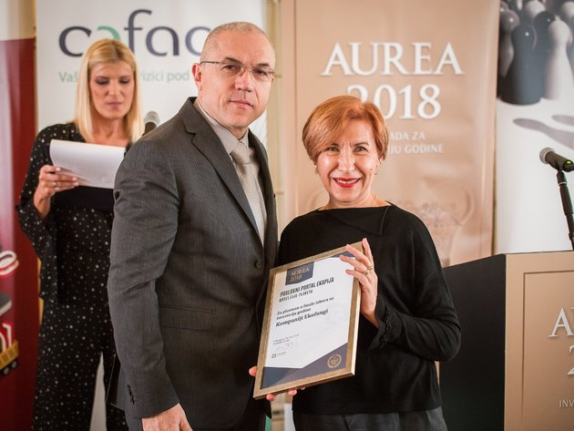 Ivanka Milenkovic receiving the plaque award as Aurea 2018 finalist from Zdravko Loncar, Executive Director of eKapija