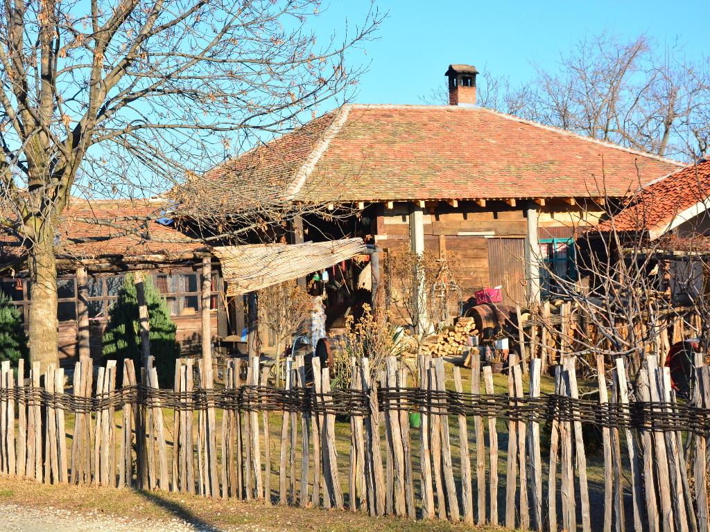 U Srbiji sve više njiva i traktora, a manje gazdinstava i ljudi na selu