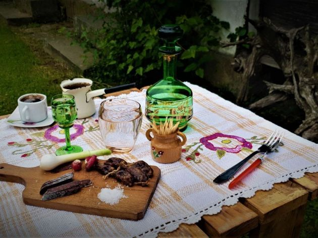 Porodica Lazarević u okolini Ljiga uzgaja sjeničku rasu ovaca - Delikatesi od 100% ovčijeg mesa, sa prirodnim začinima (FOTO)