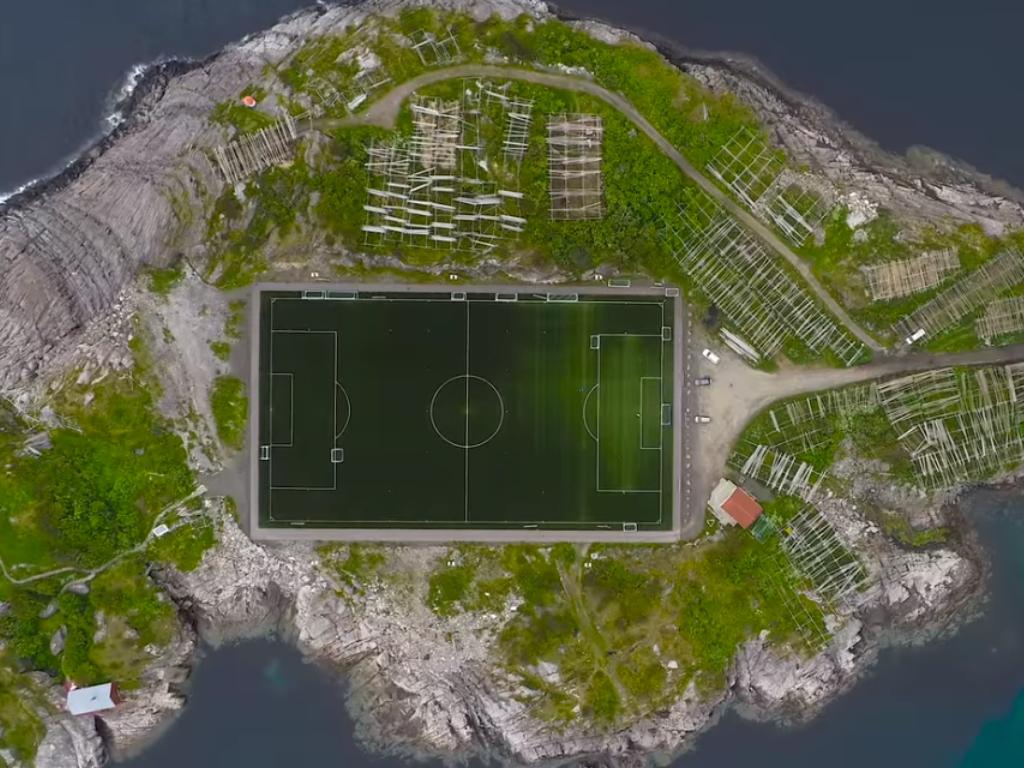 Najzanimljiviji fudbalski teren na svijetu (VIDEO)