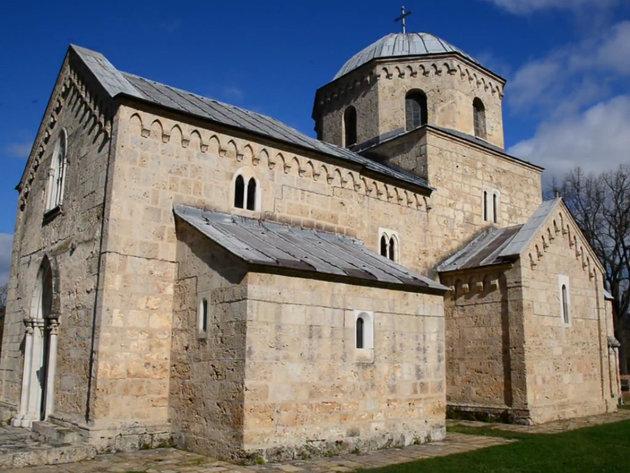 Manastir Gradac dobio novo osvetljenje - Bezbednije okruženje i poboljšana turistička ponuda