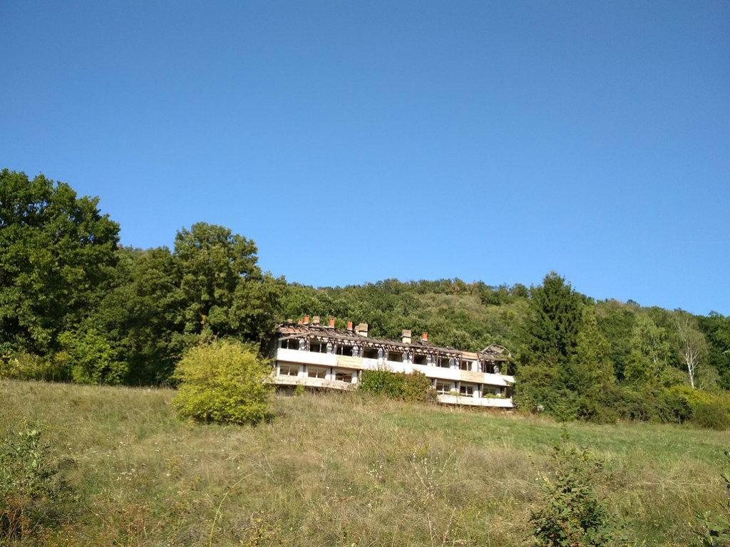 Ruinirani Hotel Fruška gora u Ležimiru čekaju bolji dani - Kompleks prodat za 20 miliona dinara