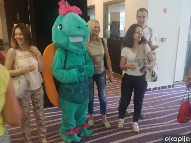 <strong>Maskottchen</strong> des Hunguest Hotels Forras, Schildkröte Szegi Teki, bei einer Fotosession mit Journalisten und Vertretern serbischer Reiseveranstalter