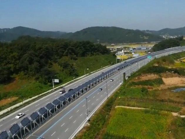 Solarnim panelima iznad biciklističke staze napajaju rasvetu na auto-putu (VIDEO)
