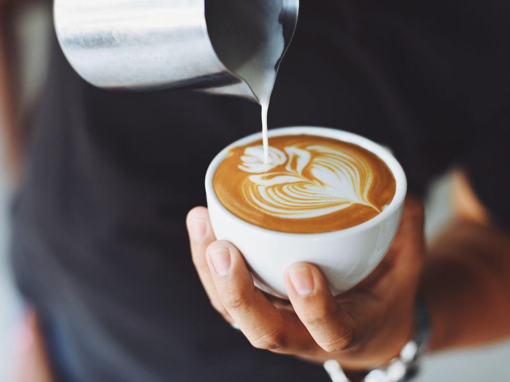 Da li uz kafu s punomasnim mlekom kršite dijetu?