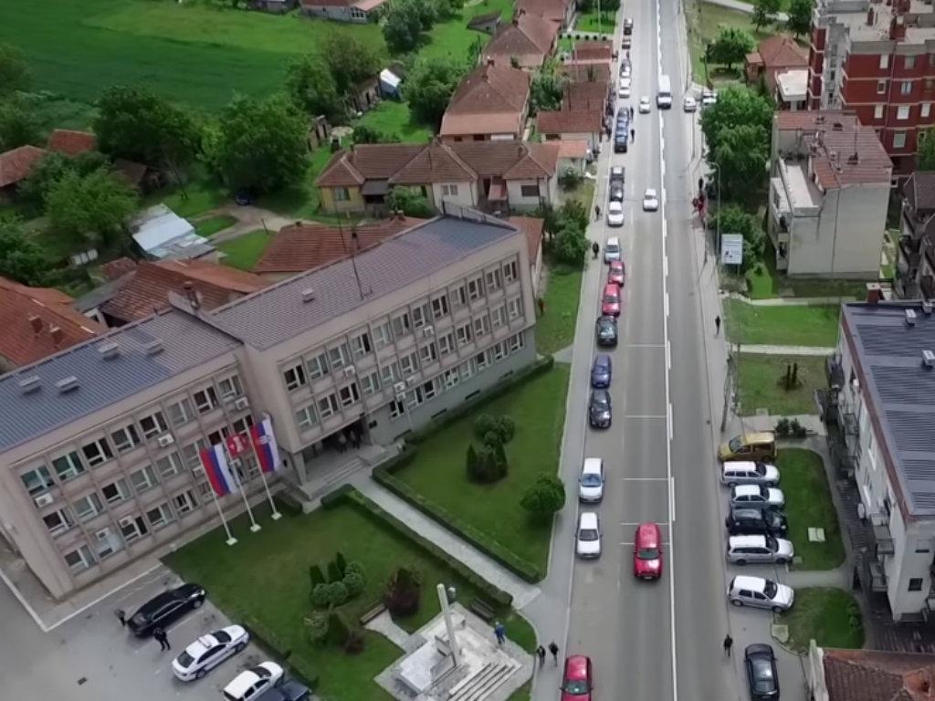Opština, NALED i SKGO obezbedili računare i tablete za knićke učenike