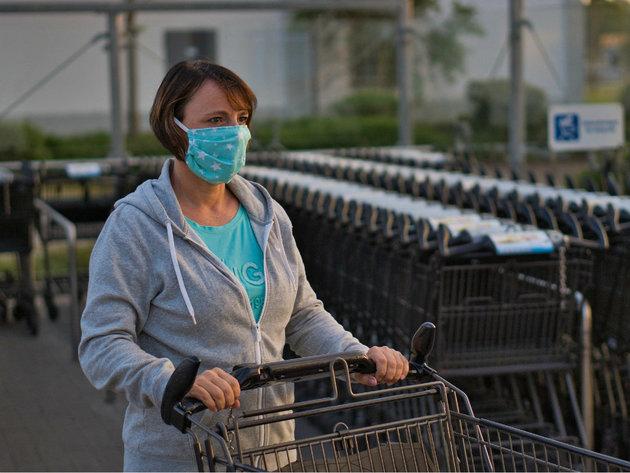 """Institut Batut preporučuje nošenje maski u prodavnicama i tržnim centrima - Ne treba ni isprobavati odeću """"preko glave""""!"""