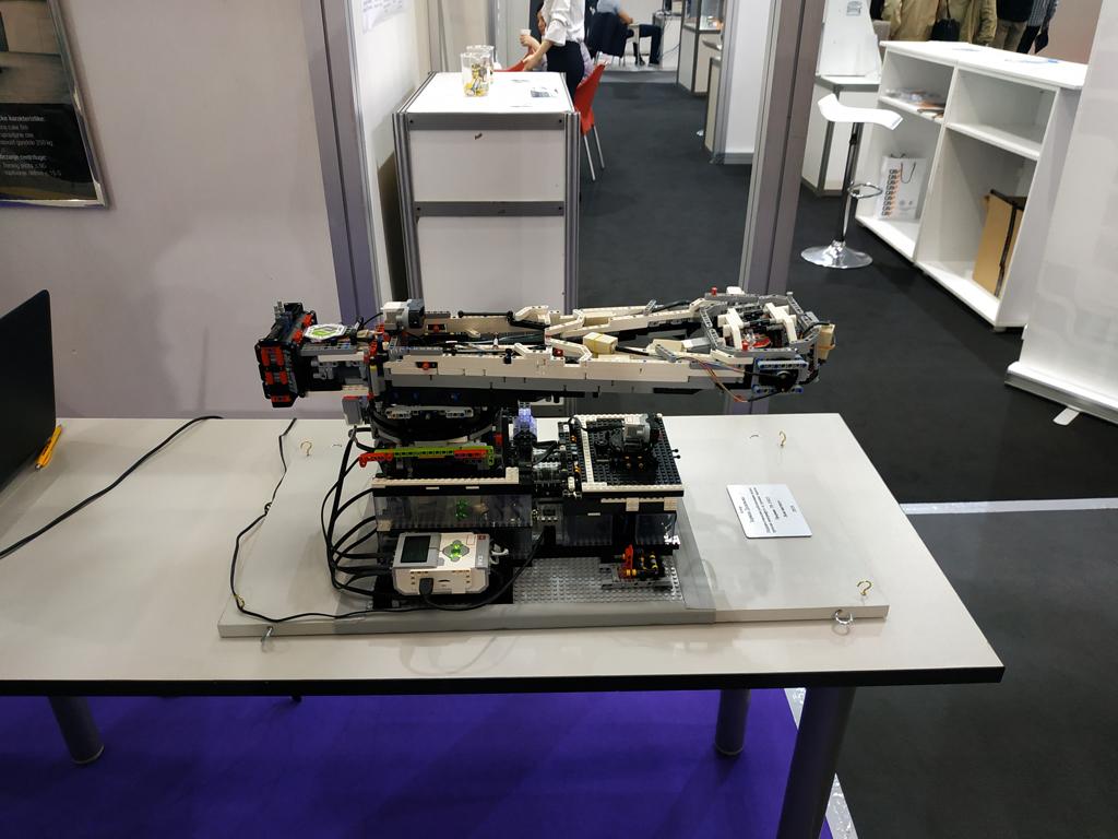 Robotizovani model centrifuge za trening pilota - Uređaj Lola instituta predstavljen na sajmu tehnike u Beogradu
