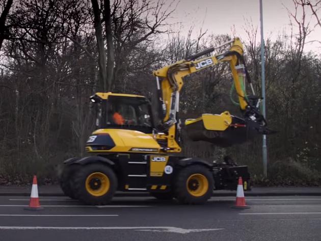 Britanci predstavili mašinu koja za osam minuta sanira rupu na putu (VIDEO)