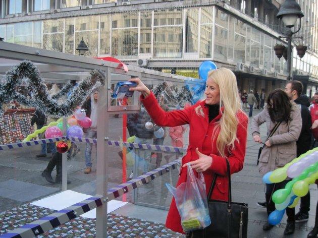 """Weihnachtsgeschenke für alle im """"Süßen Container"""" am Platz der Republik - Spenden Sie Süßigkeiten für Kinder aus sozial schwachen Familien ein"""
