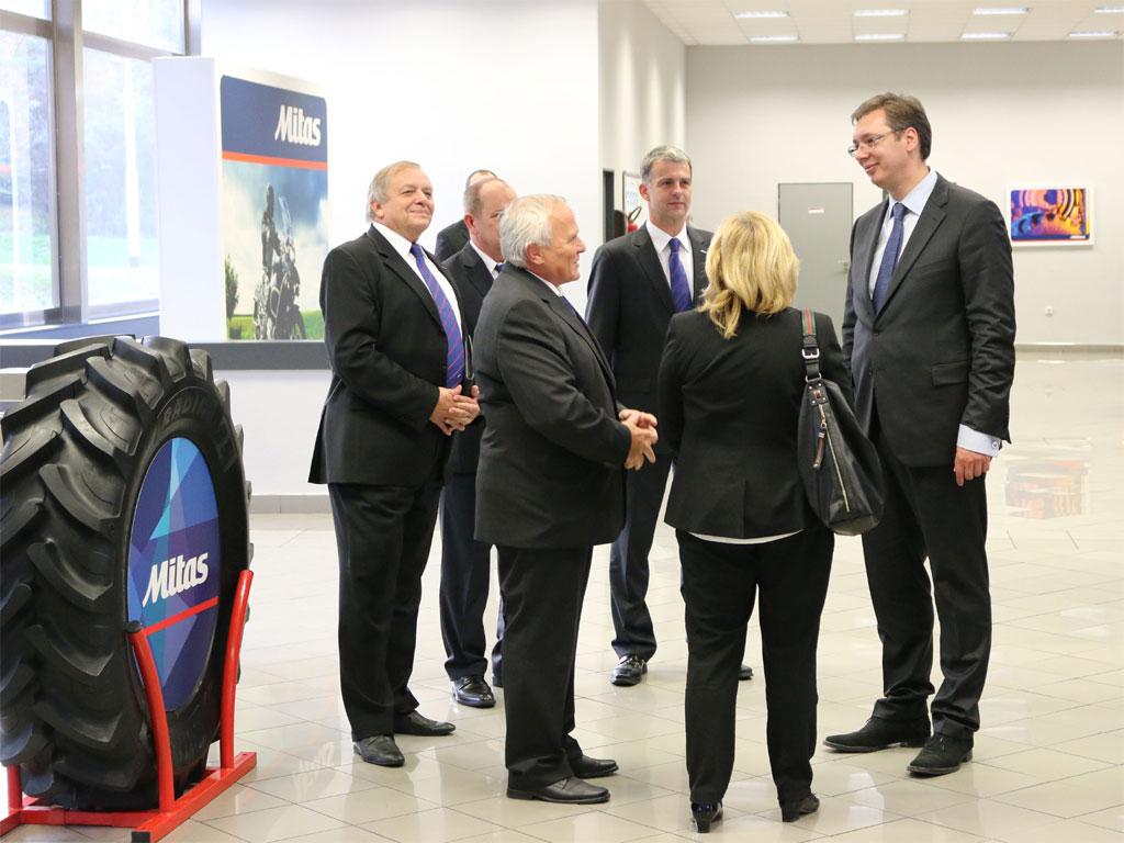 """Aleksandar Vučić mit Vertretern des Unternehmens """"Mitas"""""""