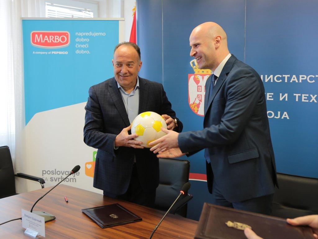 Marbo Product poklanja lopte svim osnovnim školama u Srbiji