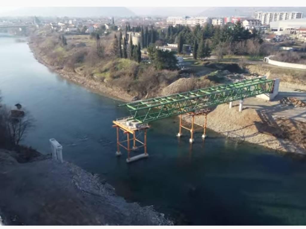 Pogledajte kako napreduju radovi na pješačkom, cijevnom i biciklističkom mostu na Morači (VIDEO)