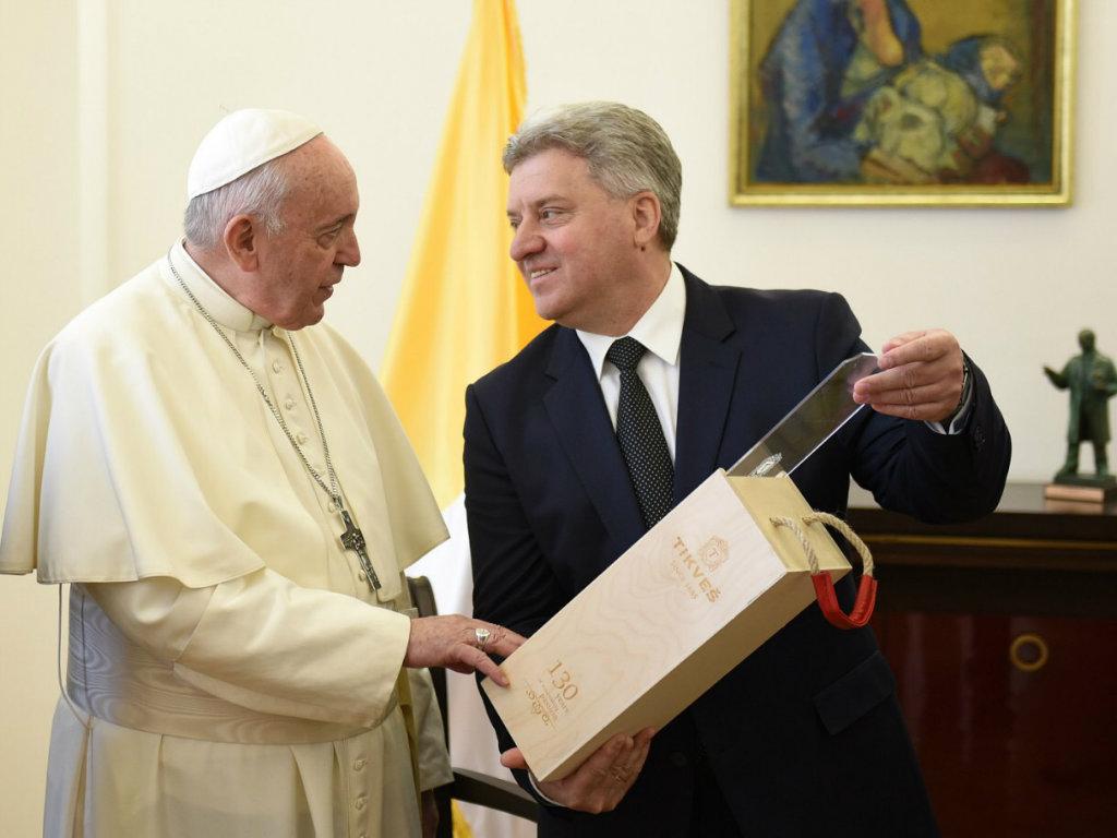 Papa Franja blagoslovio vina vinarije Tikveš, a premijum etikete dobio na poklon