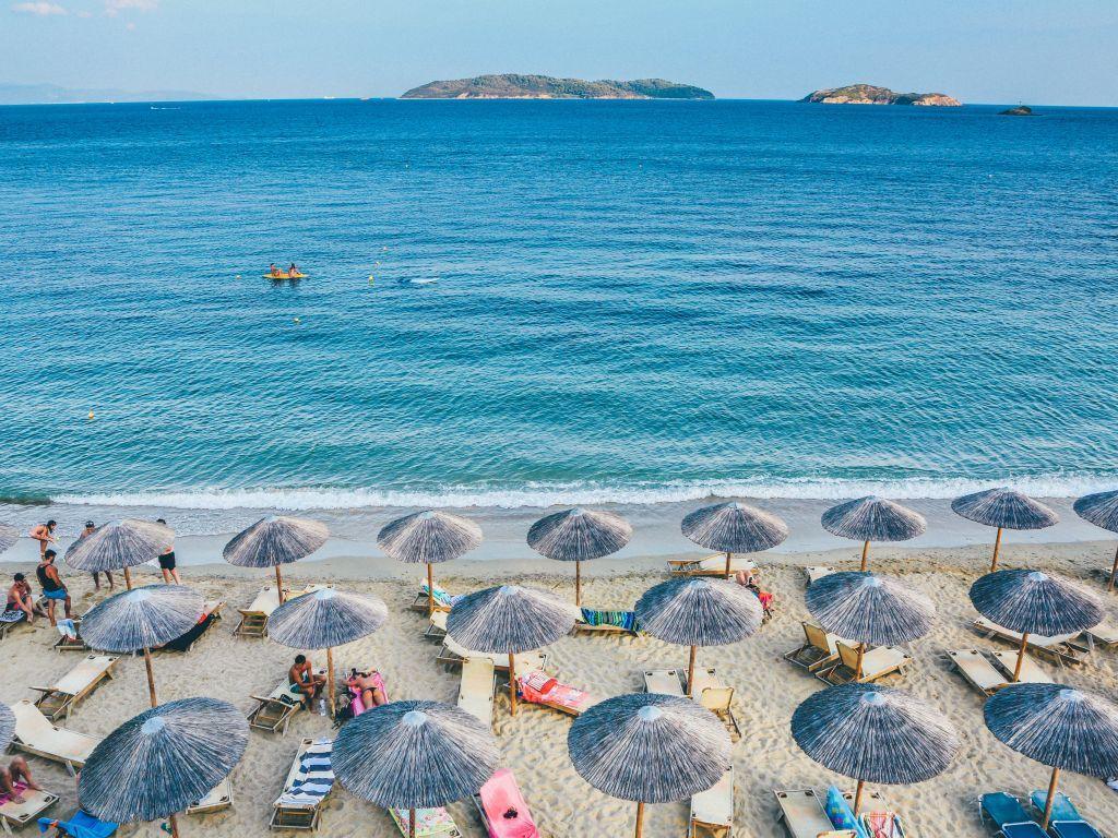 Agencije: U Grčkoj nema i neće biti sunčanja sa maskama i rezervacije ležaljki putem SMS-a