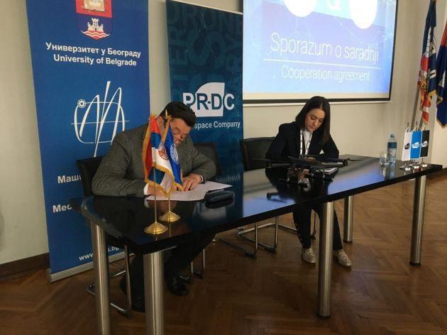 Direktorin Tijana Petrasinovic Mileta unterzeichnet eine Kooperationsvereinbarung im Namen des Unternehmens PR-DC