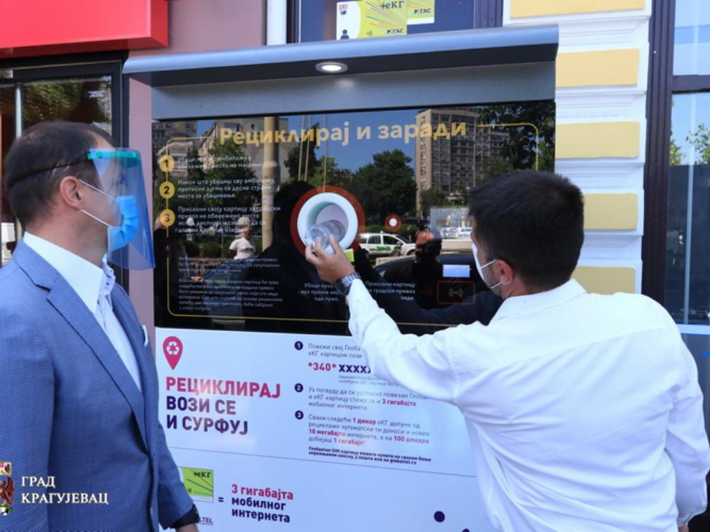 Kragujevac dobio prvi reciklomat - Pametna mašina prikuplja i sortira ambalažni otpad ali i nagrađuje odgovorne građane