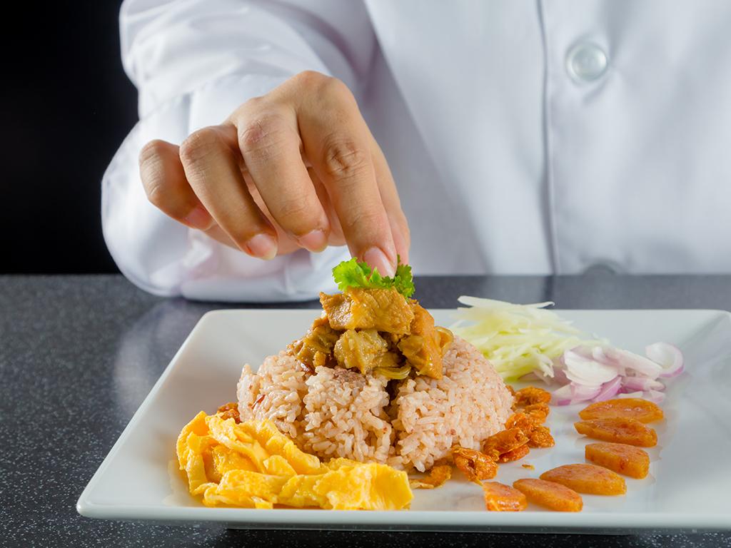 Ugostitelji iz Vranja pripremaju obroke za zaposlene u kovid bolnicama