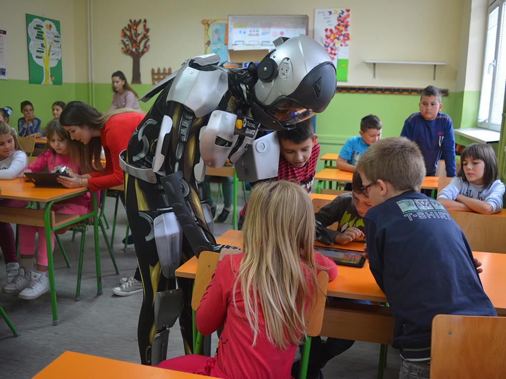 Roboti-maskote uče decu bezbednosti u saobraćaju