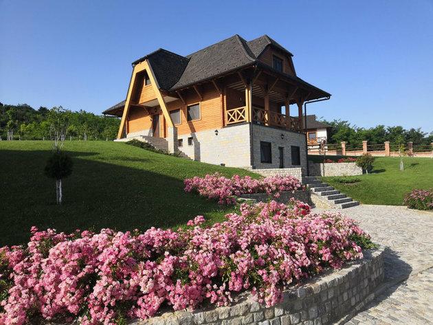 Na padinama Fruške gore gradi se eko selo Ruža vetrova - U kompleks sa kućama za odmor, restoranom i velnes centrom uloženo 1,5 mil EUR (FOTO)