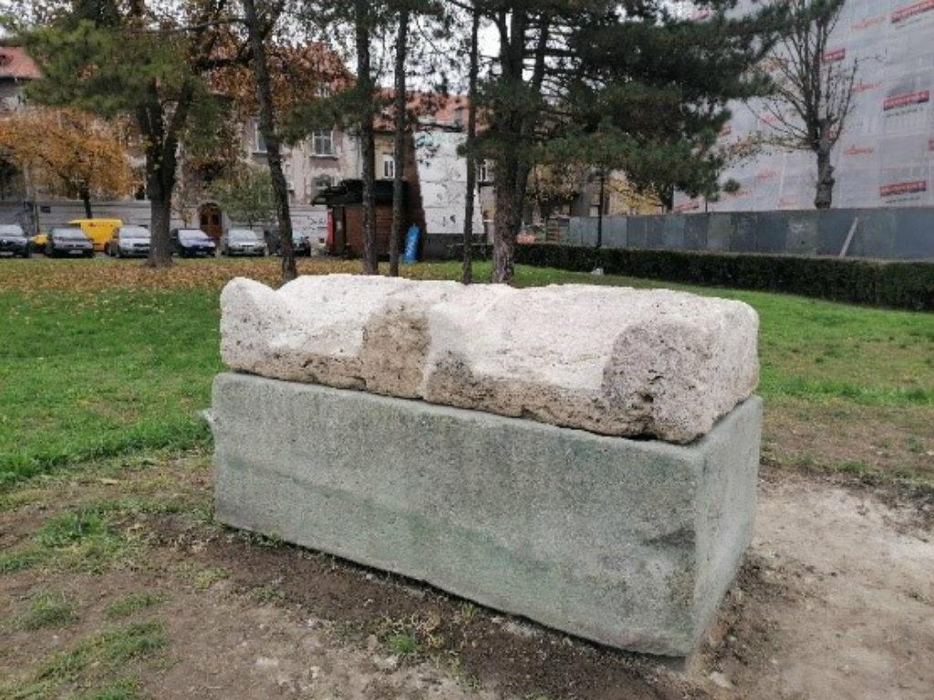Restauriran sarkofag u Zemunskom parku