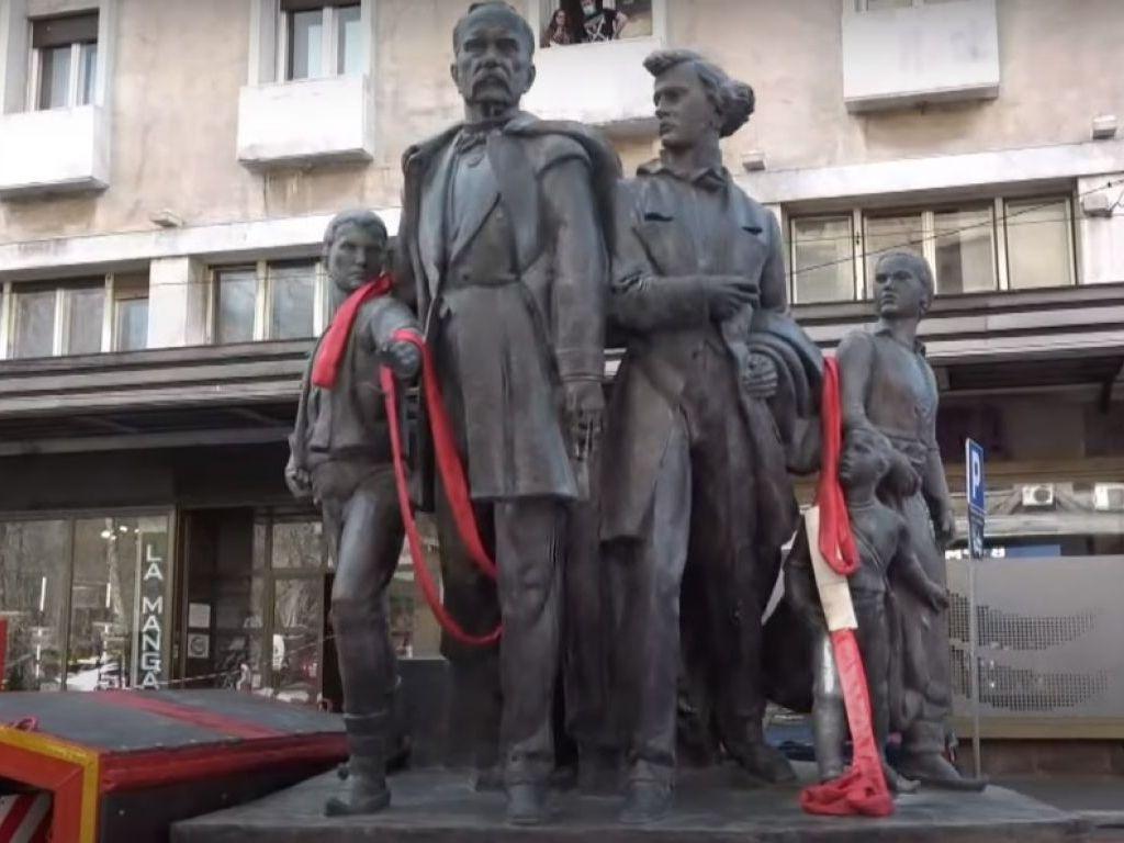 """Posle 70 godina skulptura """"Sima Igumanov sa siročićima"""" vraćena na vrh Igumanove palate u Beogradu"""