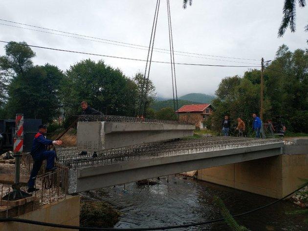 Kompanija Širbegović donirala betonske nosače za izgradnju mosta u novotravničkom naselju Stojkovići