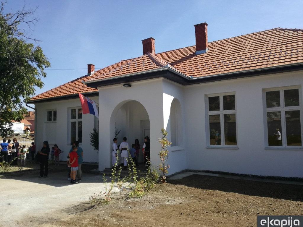 Seoska škola u Maloj Jasikovi obnovljena posle 80 godina u okviru projekta Naše selo - Meštani ulažu u ovčarstvo, uzgoj dunja... (FOTO)